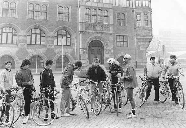 vor dem Dessauer Rathaus